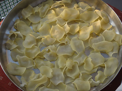 drying potato slices for sun dried potato chips or aloo chips