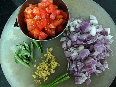 onion and tomato for godhi kadi uppittu or broken wheat upuma