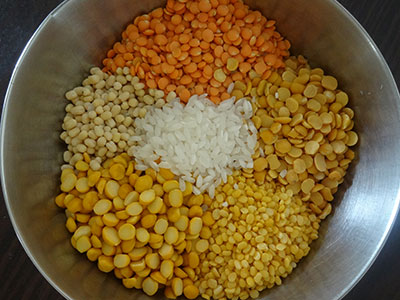 Soak rice and lentils for dal dosa or bele dose