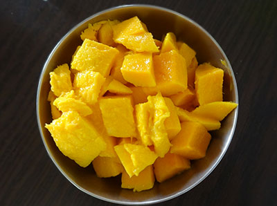 cut mangoes for mango popsicles