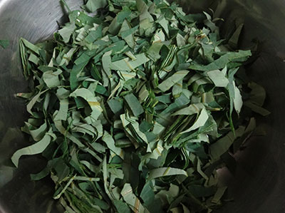 chop colocasia leaves for pathrode